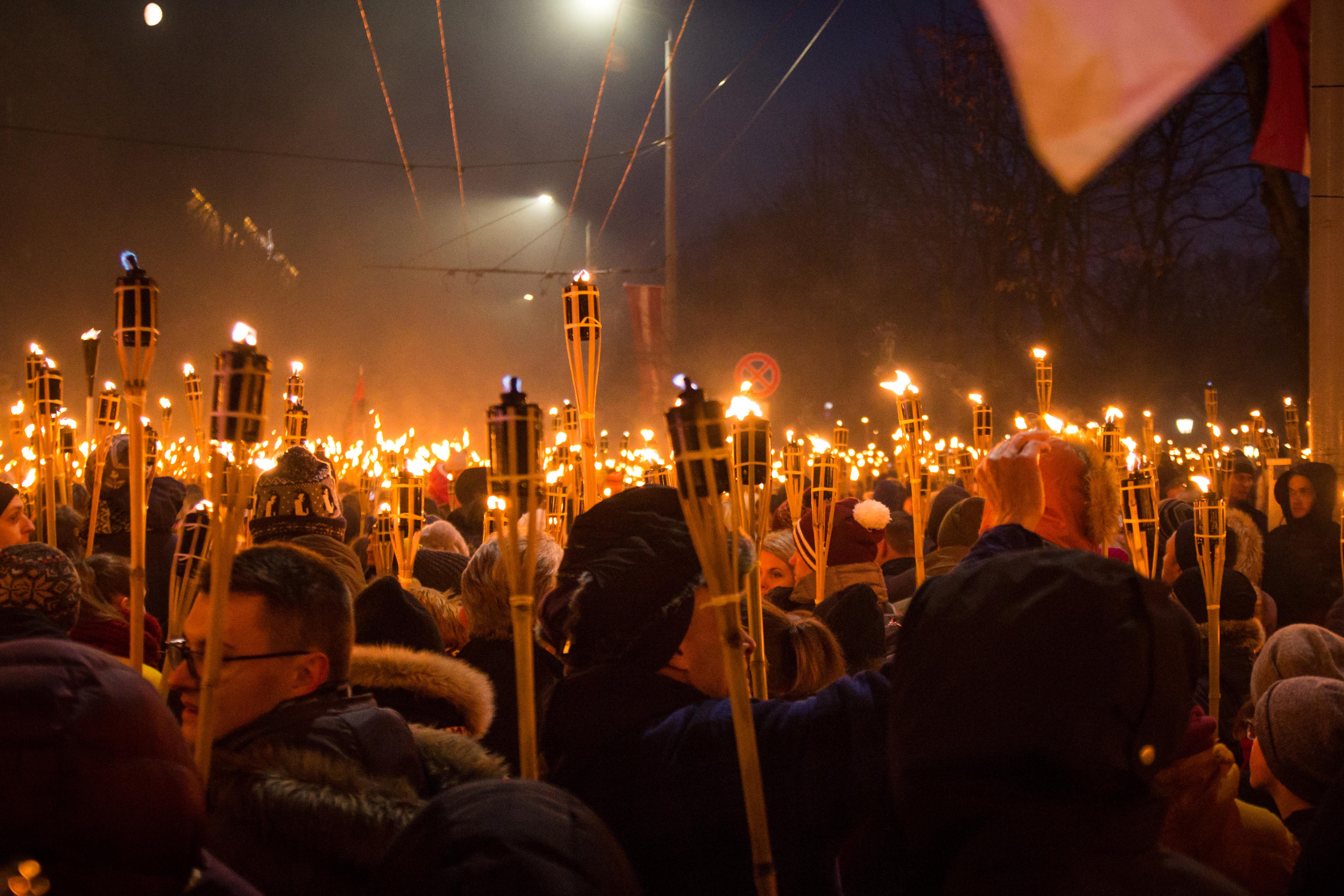 Sinine Äratus Läti 100. aastapäeva tõrvikurongkäigul