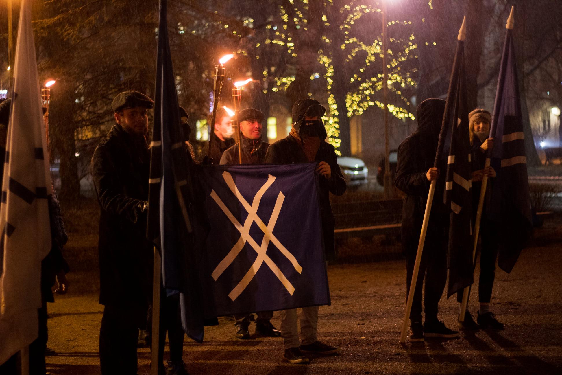 Sinine Äratus pidas Tartus Kalevipoja kuju juures 8. sünnipäeva